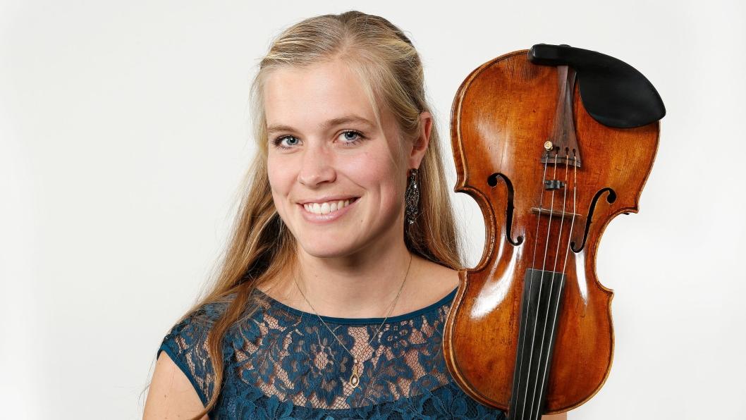 FØRSTEFIOLINIST: Ingvild Habbestad fra Sofiemyr spiller vakre toner for deg i Ski på lørdag!