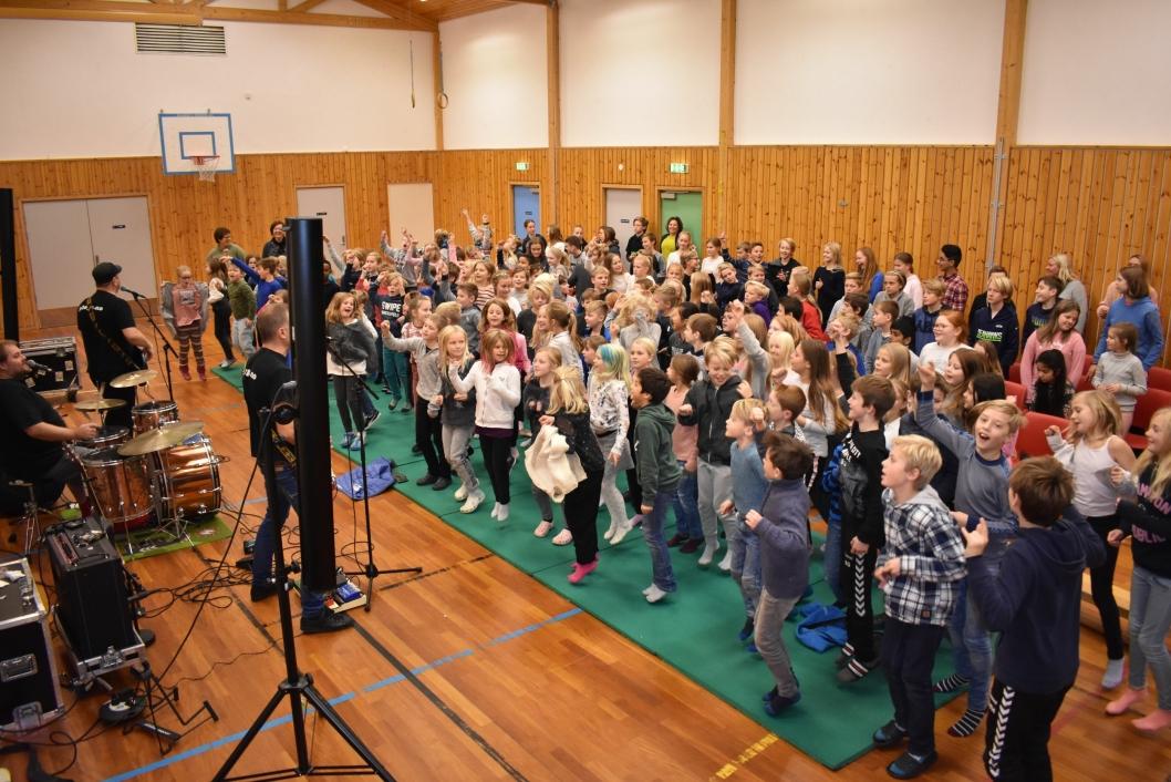 HOPP TIL PLOPP: Hele gymsalen ristet da alle barna hoppet til Plopp!