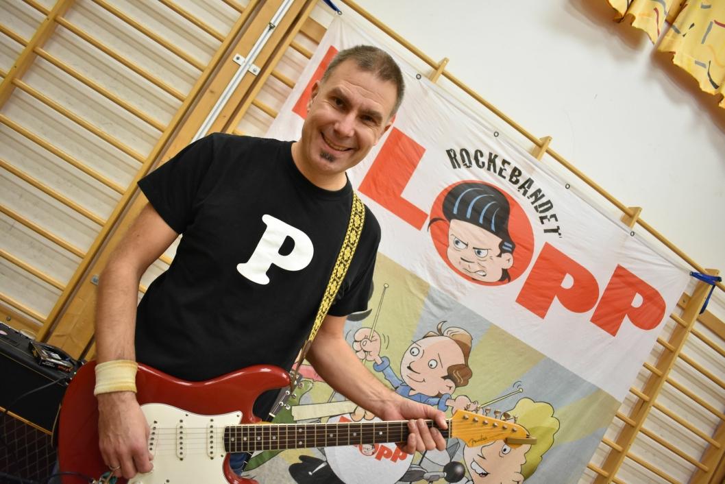LOKAL ROCKER: Henning Kemp fra Kolbotn har selv vært musikklærer på Østli skole, og er nå tilbake som rocker!