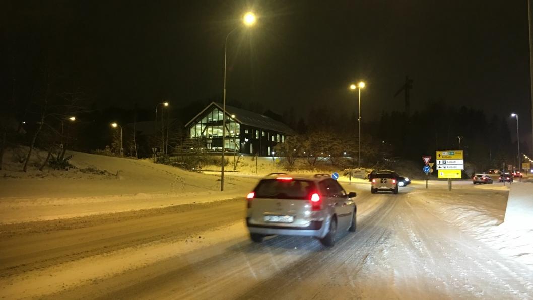 SVÆRT VANSKELIGE FORHOLD: Mye snøfall og deretter plussgrader og regn har ført til både glatte og slapsete veier her i kommunen i kveld.