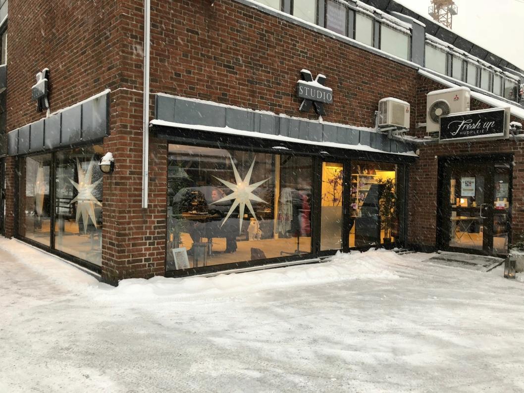 KALDT UTE, VARMT INNE: Selv om det snør i dag, blir det lunt og koselig inne hos X-Hårstudio og Fresh Up Hudpleie!