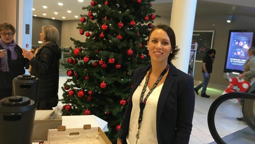 TIDLIG OPPE: Senterleder Marianne Thoresen-Larsen ved Kolbotn torg melder om god trafikk på morgenkvisten på årets Black Friday.