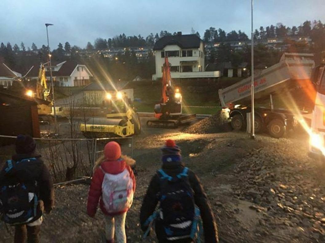 PÅ SKOLEVEIEN: Bildene i denne saken er tatt av tobarnsmor Hege Skjerven Johansen. Hun fikk hjertet i halsen da hun skulle hente barna sine på skolen på ettermiddagen, og sikkerhetsgjerdene som skiller skolebarna og de tunge anleggsmaskinene var fjernet.