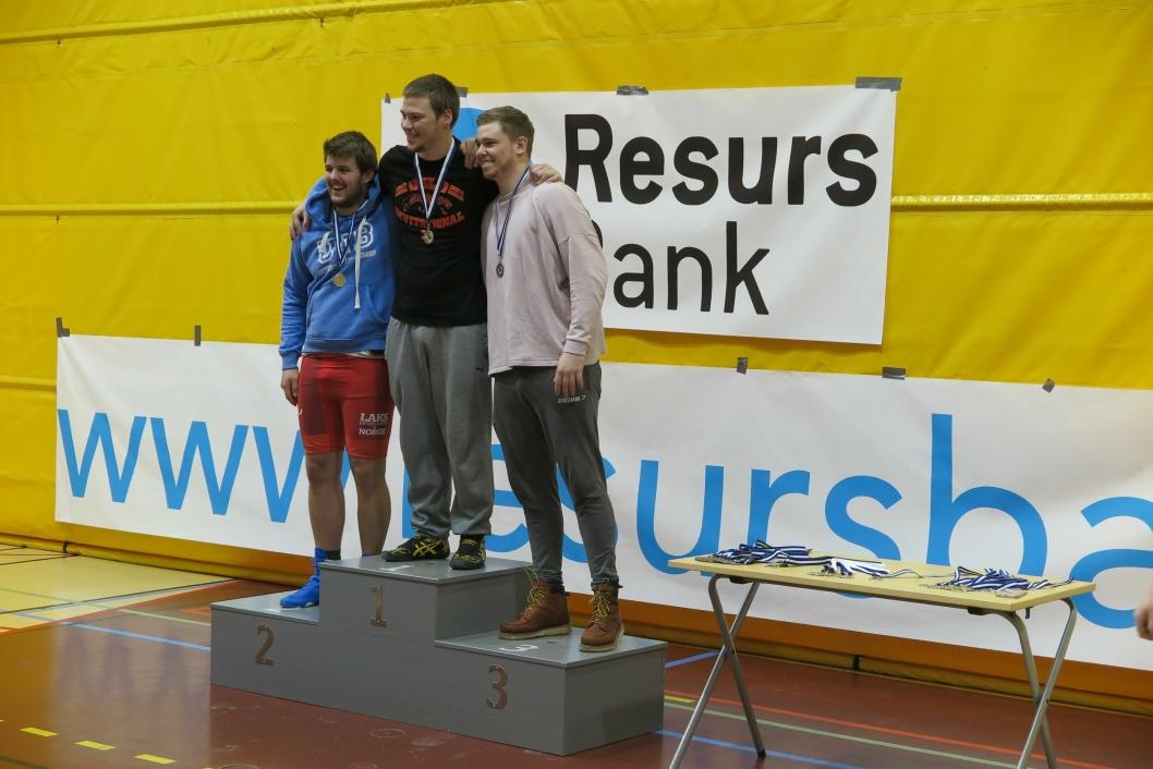 PALLEN: Joakim Rusvik øverst på pallen med Andre Castellan, Bergen BK på sølvplass og Stian Navestad Mikalsen fra National i Sarpsborg som bronsevinner.