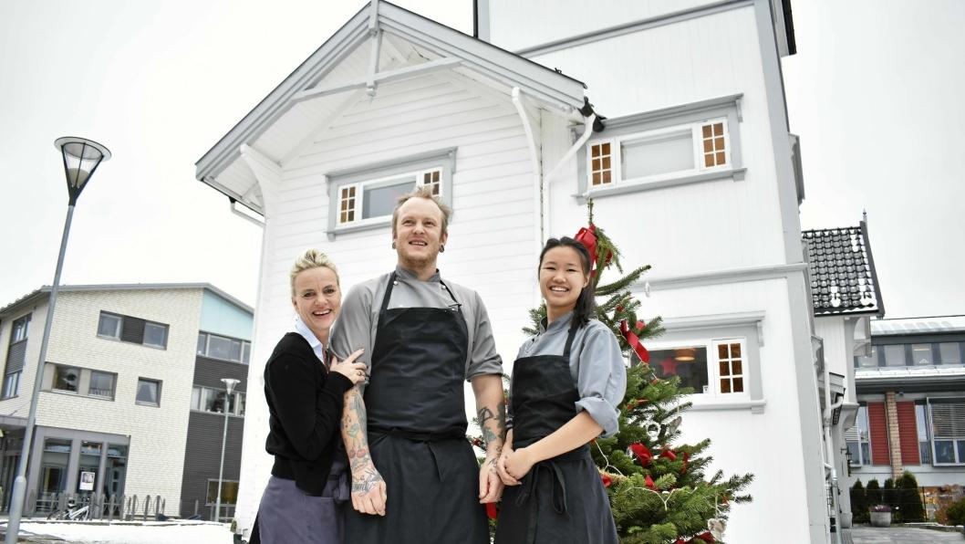 GLEDELIG JULEBORD: Selv om det er løping fra morgen til kveld, gleder de ansatte seg ved Gamle Tårnhuset restaurant seg til julebordsesongen.