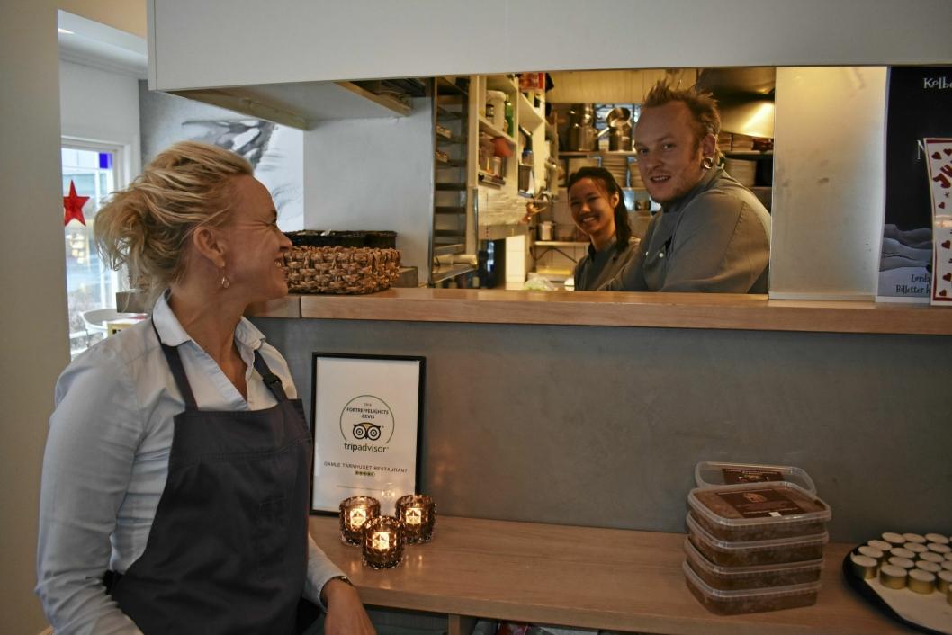 KLARE FOR KVELDEN? Gamle Tårnhuset restaurant er midt i den hektiske julebordsesongen som varer fra slutten av oktober til januar. Restaurantsjef Helene Jahren med soussjef Espen Granly (33) og lærling Ngoc-Tram Le (19).