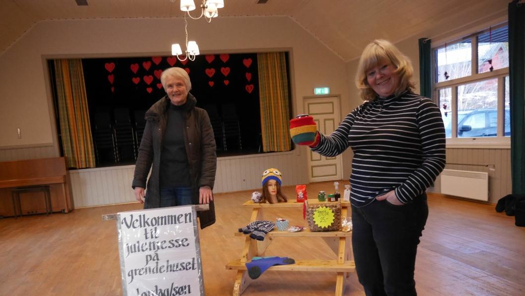 GLEDER SEG: Kari  Pedersen (t.v.) og Lill Faugli håper på stinn brakke under julemessen på Grendehuset på Oppegård denne helgen. Her blir det litt av hvert for enhver smak!