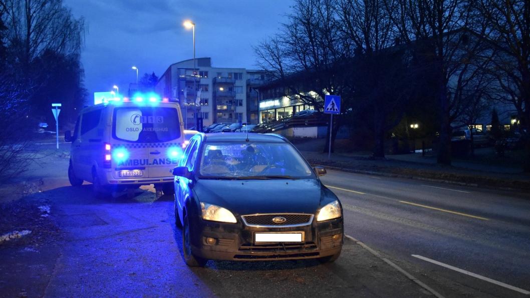 PÅKJØRSEL: Ambulanse var kjapt på stedet. Mannen som ble påkjørt skal ha blitt slengt inn i ruta på bilen, knust ruten, og blitt slengt tilbake på gaten.