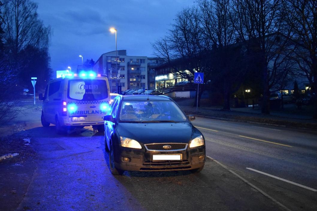 PÅKJØRSEL: Ambulanse var kjapt på stedet. Personen som ble påkjørt skal ha blitt slengt inn i ruta på bilen, knust ruten, og blitt slengt tilbake på gaten.