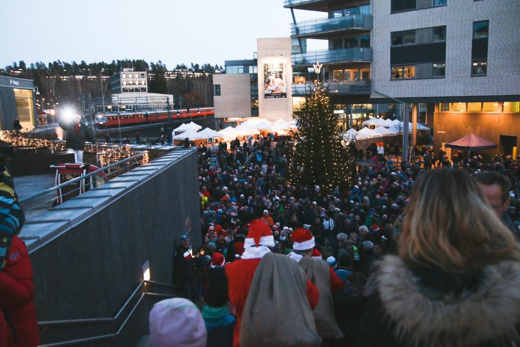 STOR SUKSESS: Det var mange tusen innom Kolbotn torg og Jan Baalsruds plass på Kolbotn under årets julegrantenning.