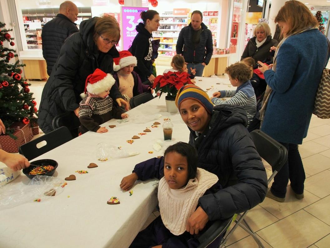 PEPPERKAKEVERKSTED: Qadan Musee har med sin datter Gabriella på verkstedet. – Dette er en veldig fin aktivitet å kunne drive med nå før jul, sier Qadan. Verkstedet er en av mange aktiviteter ved senteret i førjulstiden.