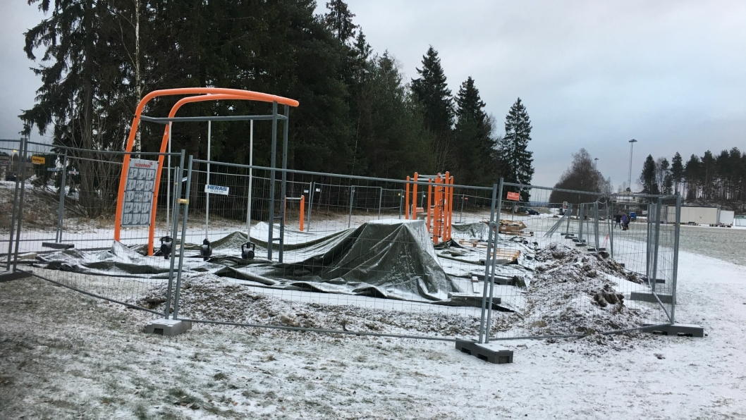 HER BYGGES DET TRENINGSPARK: Rett ved gangveien, ikke langt fra parkeringen og garderobe-modulene ved kunstgresset på Sofiemyr, bygges nå en utendørs treningspark!