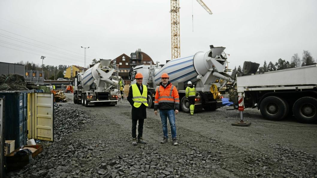 PÅ VEI OPP: GreverudTorget er i ferd med å reise seg. Prosjektsjef i Kruse Smith, Morten O. Kildahl (f.v), og prosjektleder Jarle Jensen i Kruse Smith Entreprenør AS, er strålende fornøyd så langt.