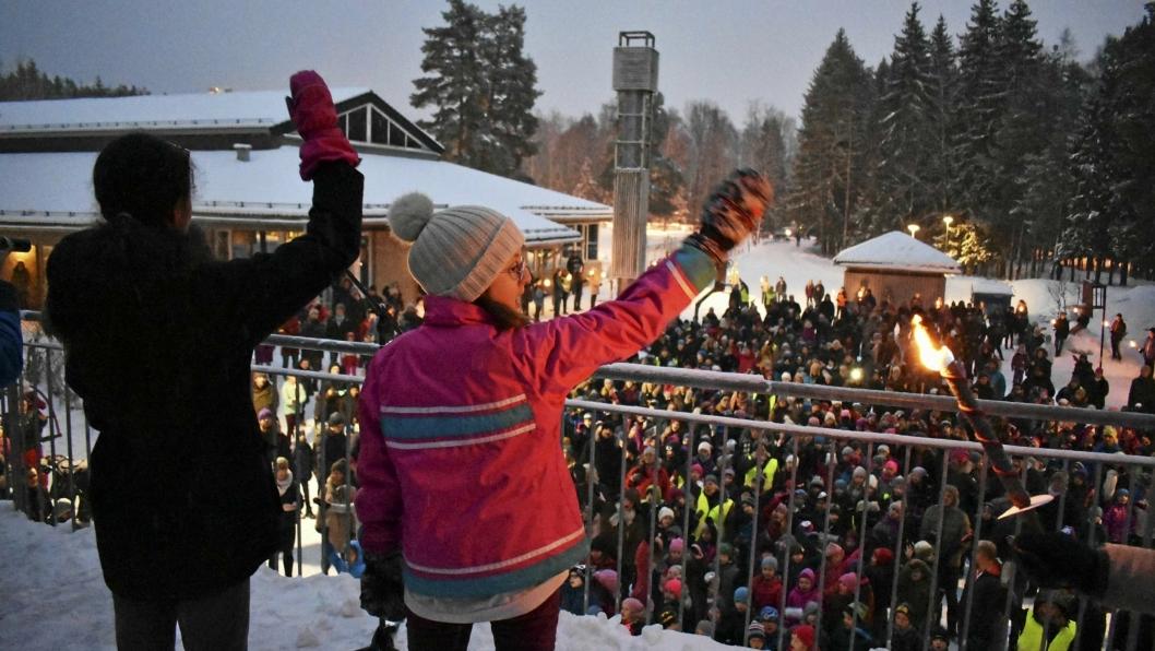 """Fakkelmarkering på Tårnåsen skole: Mot mobbing, for inkludering.  Her synger de sangen """"Kjedereaksjon"""", som handler om hvordan det smitter å være snill mot hverandre."""