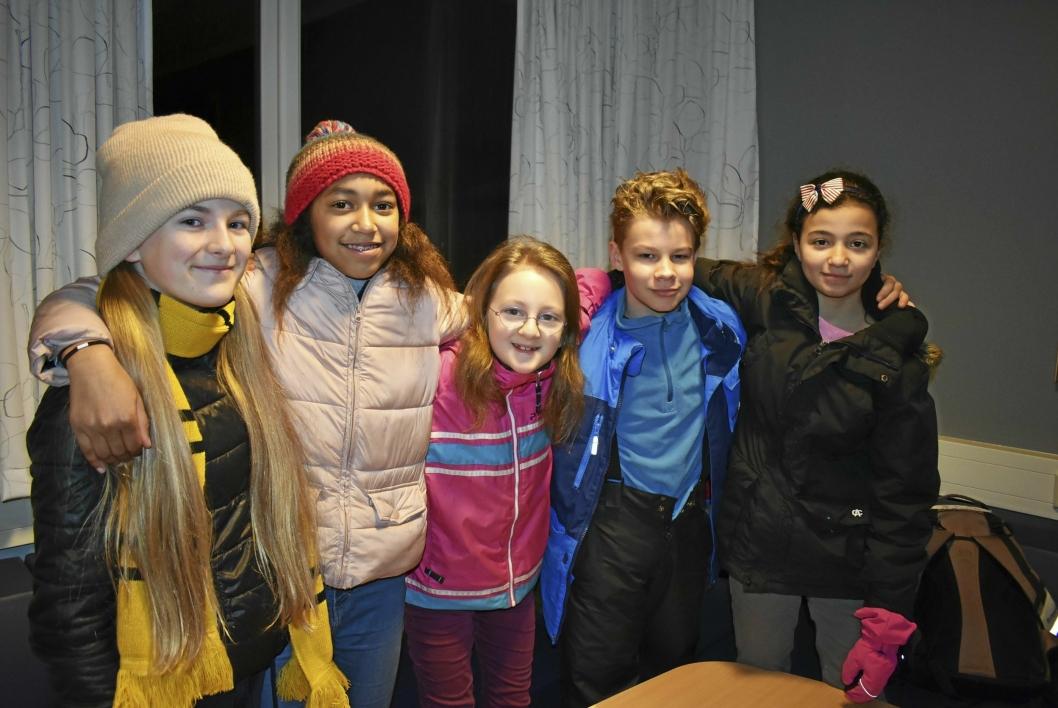 """SANG: Denne engasjerte gjengen fra 6. trinn sang sangen """"Kjedereaksjon"""". Fra venstre står Selma Scheen (11), Lisa Myrvold (11), Hedda Andreassen (11), Luca Rodo Næss (11), Aya Nasif (11). Selv synes de Tårnåsen skole er en god skole å gå på!"""