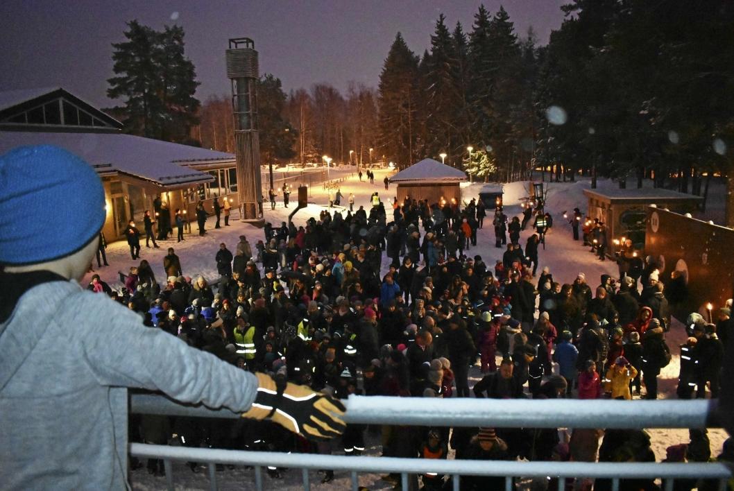 TIDLIG PÅ TÅRNÅSEN: Mange møtte opp tidlig torsdag morgen for å være med på fakkelmarkeringen.