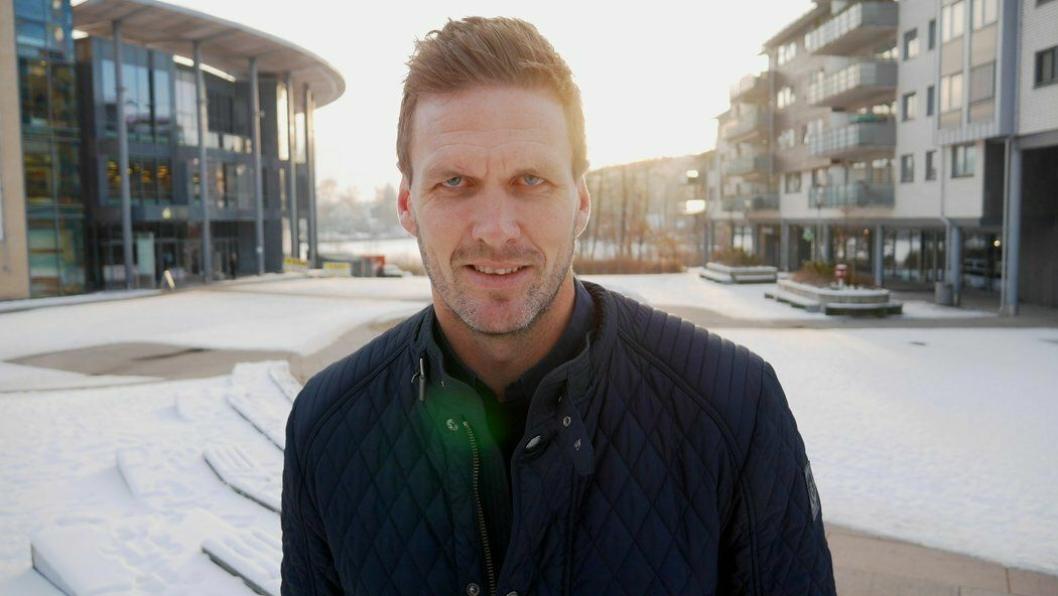 PÅ HJEMMEBANE: Frode Kippe er fra Oppegård. Her er han fotografert foran Kolben i forbindelse med et juleintervju med Oppegård Avis.
