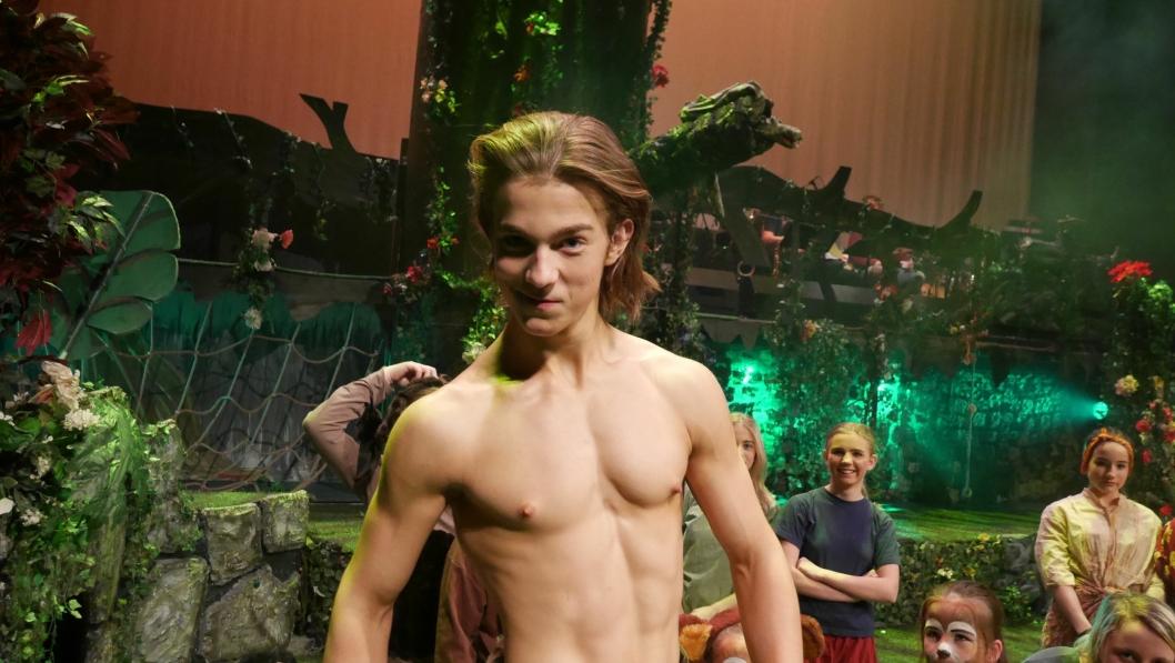 PREMIEREKLARE: OPAL-gjengen skal gi sitt ytterste på scenen. I dagene før premieren finpusses alt både på og bak scenen. Tarzan, spilt av Erik Oscar Berg i front foran OPAL-kollegaer. Skuespillerne er nok en gang klare for å rocke scenen i Kolben!