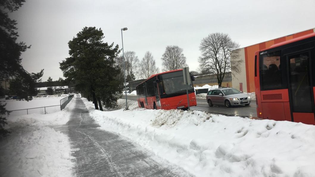 ISJ DA: Nok en gang havnet en buss utfor veien på Sofiemyr i dag, i samme busslomme som det skjedde for nøyaktig en uke siden.