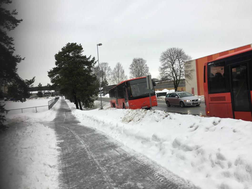 NOK EN AVKJØRING: Også i formiddag, onsdag den 24. januar, kjørte en buss av veien på samme sted.
