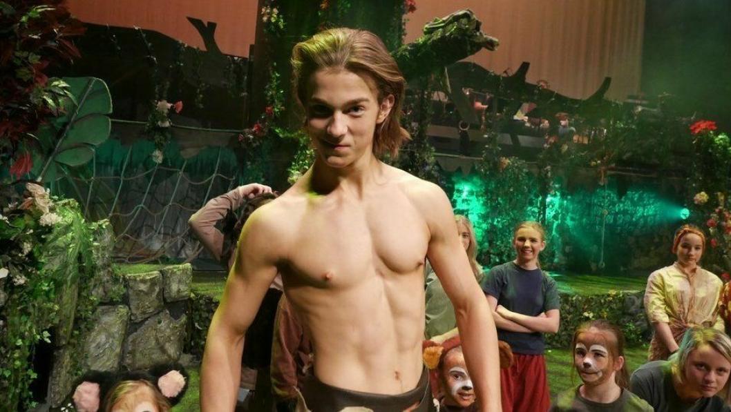 FOR EN JUNGELGJENG: Tarzan, spilt av Erik Oscar Berg i front foran OPAL-kollegaer. Skuespillerne er nok en gang klare for å rocke scenen i Kolben!