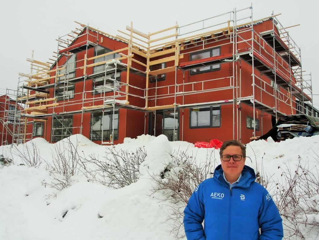 TAR FORM. Andreas Wilsgård i AEKO er tilfreds med utviklingen av familieboligene i Hermods vei, et av de mange prosjektene som selskapet har på gang.