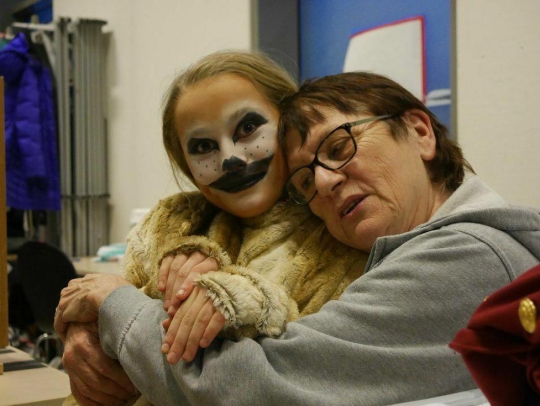 GODE VENNER: Her ser du Martine Guldbrandsen (t.v.) som surikatt, og OPAL-dronning Bibbi Neergaard.