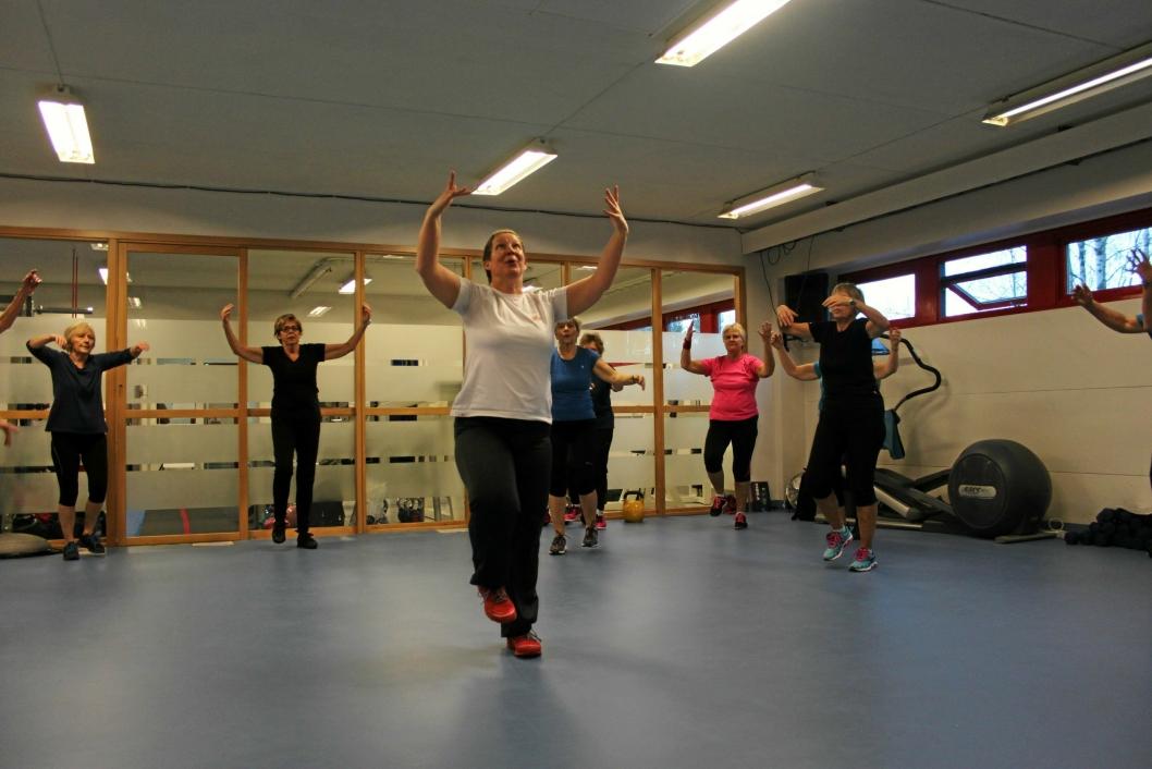 MYE FOLK: Den lille treningssalen på Sofiemyr er full av folk hver uke, og rundt 500 treningsglade er medlemmer i idrettslaget Friskis & Svettis.