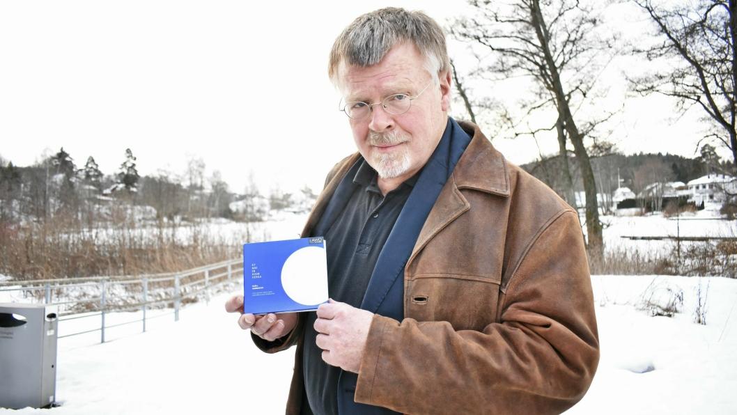 OG DE NOMINERTE ER: Kjell Habbestad som årets komponist. Her viser han albumet «Et nox in diem versa» han er nominert for, som er sunget av et av verdens beste kor: Latvia Radiokor.