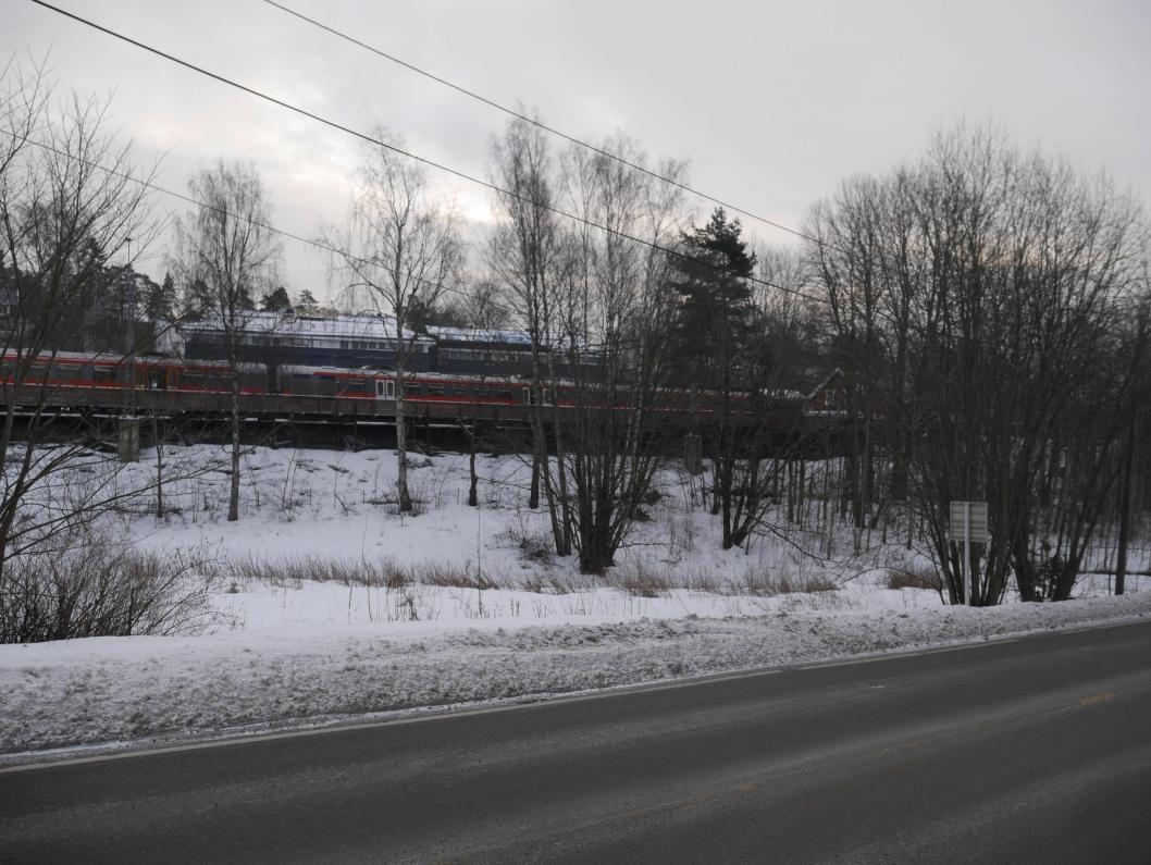 SKAL SELGES: Ved Oppegård stasjon ligger det en tomt for salg her i Skiveien 215.