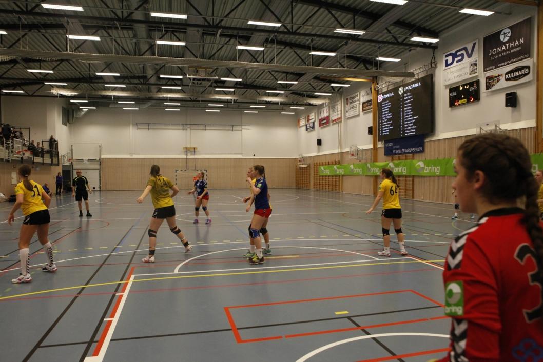 VÅKEN: Her er jentene i aksjon mot Stranda på hjemmebane. Helgens Bringserie-runde endte med en seier og ett tap