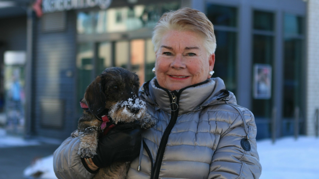 HAR HUNDEN I BÅND: Bente Thorsrud er hundeeier, og synes det er flott med båndtvang i kommunen.