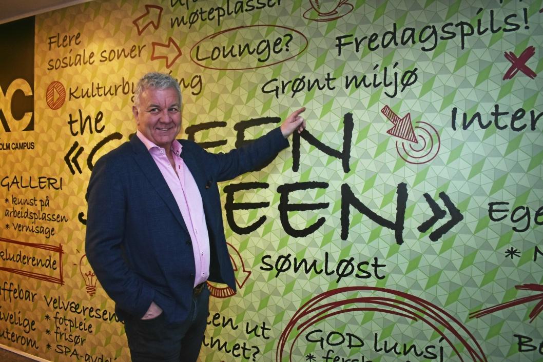 KREATIVT: Roy Hugo Øren viser frem idéveggen, hvor forslag til et grønnere og mer sosialt miljø skrives opp.