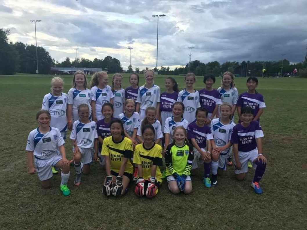NORWAY CUP: Fotballspråket knytter bånd mellom norske og kinesiske barn. De to lagene møtte hverandre første gangen under Norway Cup.
