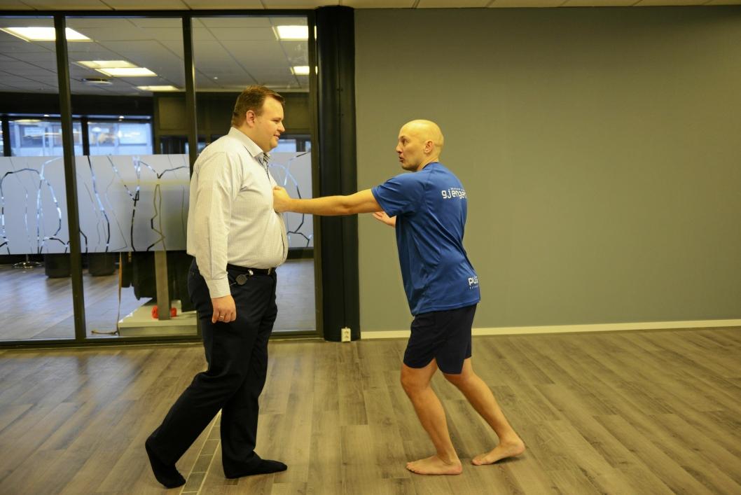 VISER ORDFØREREN: Pekka Lundefaret viser ordfører Thomas Sjøvold noen ninjatriks for god trening!