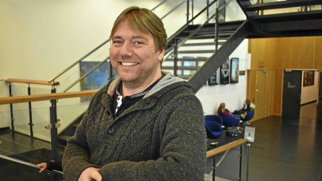 GIR SEG IKKE: En av hovedarrangørene, Christian Lund som er leder ved Vassbon Fritidssenter, sier det blir nok KAOS til neste år også. Han kan ikke hedre dem nok, alle de som har bidratt til KAOS.