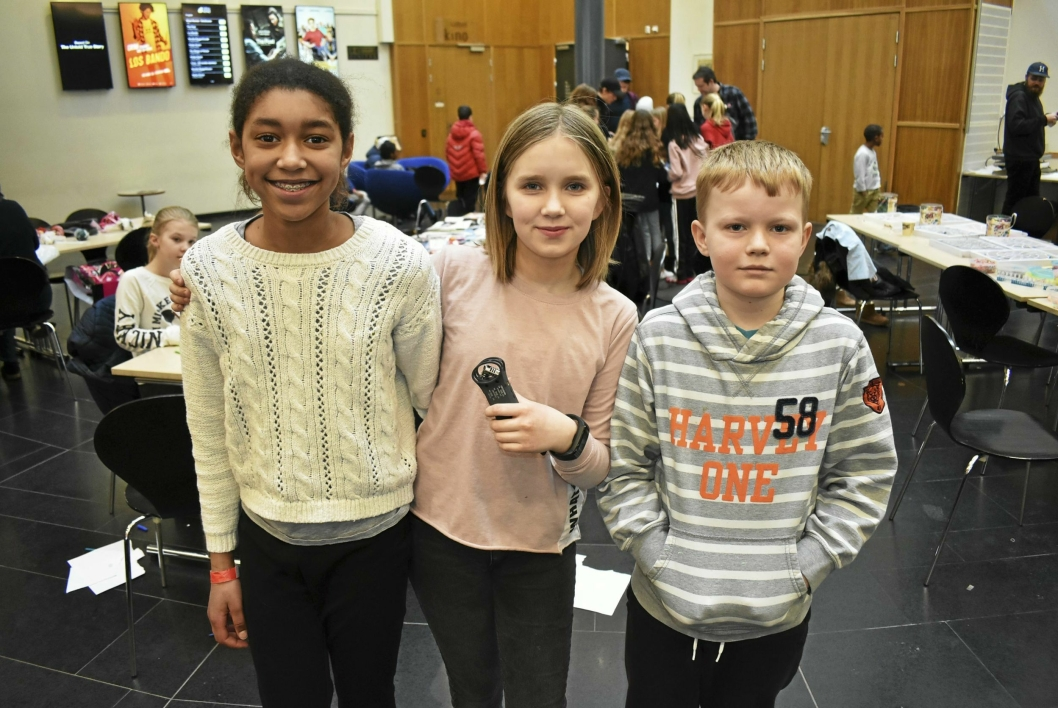 P3 NESTE? Fra venstre står Lisa Myrvold (11), Aurora Riseng (11), Marius Bjørhei (10). De laget podkast under årets KAOS.