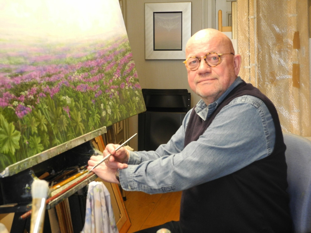 UTSTILLINGSKLAR: Jan Harr stiller ut i Bibliotekgalleriet i Kolben fra 3. mars til 3. april. Harr maler nordnorsk natur med blomsterenger og fjell, valmuer og rorbuer. - Som estetiker vil jeg gjerne formidle skjønnhet, sier han.