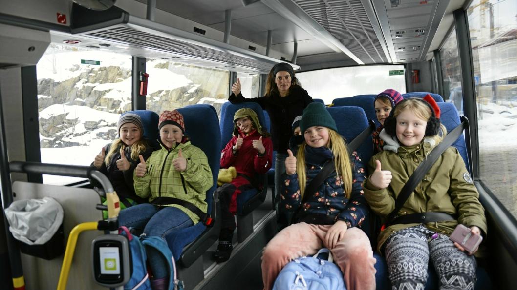 TOMMEL OPP: Svartskog-barna og mamma Maja S.K. Ratkje gir tommel opp for buss med belter, etter å ha kjempet for belter i lang tid.