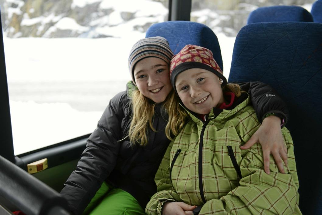 TRYGGE OG GLADE: Sedine Øyjordet Christensen (10) og Ariana Lauvik (10) er veldig glade for å ha fått belter på bussen.