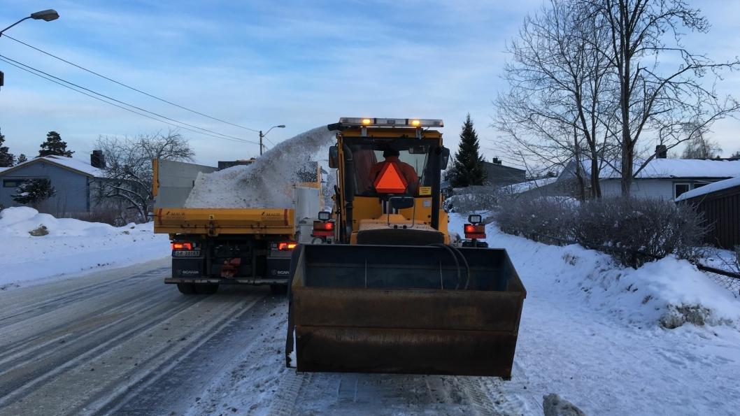 NÅ SKAL SNØEN VEKK: Kommunens medarbiedere jobber på spreng for å få bukt med all snøen i år. Her ser du fra  Valhallaveien, hvor fortauet ble ryddet i dag.