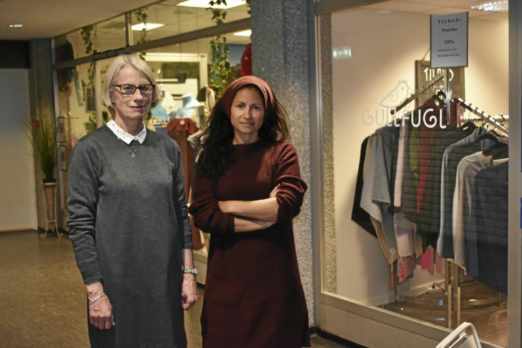 TRIPPELT BREKK: Elisabeth Gullner og Evy Reimers Arnestad hadde innbrudd i sine forretninger natt til lørdag 24. februar. Tyvene kom seg til andre etasje i Sentrumsbygget, og stjal fra klesbutikken Gullfugl, klokkebutikken Treklokker og PPT-tjenesten. – Veldig ubehagelig, sier de.