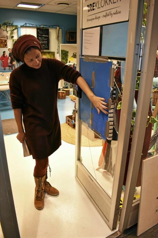 INNBRUDDSRAID: Helgens tyver knuste dørene til Evy R. Arnestad sin forretning Treklokker, og Elisabeth Gullners forretning Gullfugl.