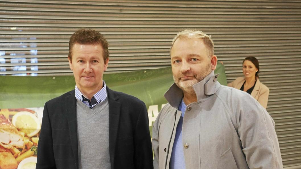 GLEDER SEG: Kjetil Døviken (50) (t.h.) og Geir Sjøvold (49) eier og skal drive den nye stor-restauranten O›Learys på Kolbotn torg. De er i gang med å lete etter ansatte som skal jobbe i den nye restauranten i sørenden av senteret.
