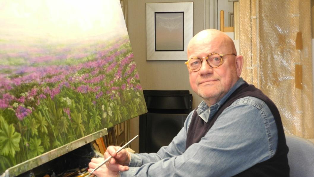 UTSTILLINGSKLAR: Jan Harr stiller ut i Bibliotekgalleriet i Kolben fra 3. mars til 3. april. Harr maler nordnorsk natur med blomsterenger og fjell, valmuer og rorbuer. - Som estetiker vil jeg gjerne formidle skjønnhet, sier han