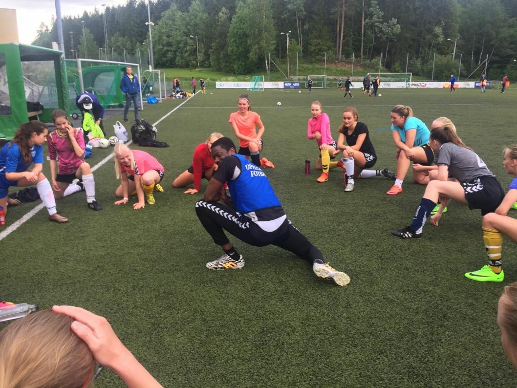 UNDER TRENING: Pascal Nije prøver å lære bort sin fotballkunnskap til OI-jentene. Han har tidligere spilt på høyt nivå i Sverige.