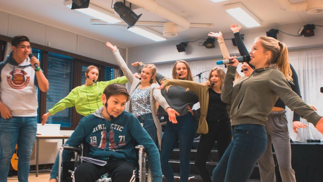 JOBBER PÅ SPRENG: Fløysbonn-elevene gleder seg til å vise frem årets musikal. Enn så lenge øves det!