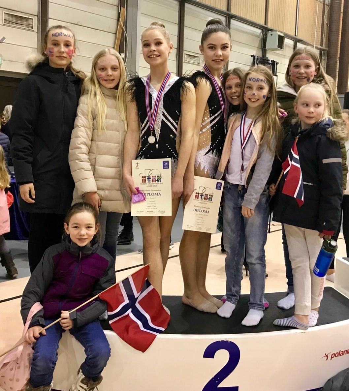 FLOTTE REPRESENTANTER: Ingrid Aasprong Berntsen og Katrine Rambech sammen med reisefølge, rekrutter og andre.
