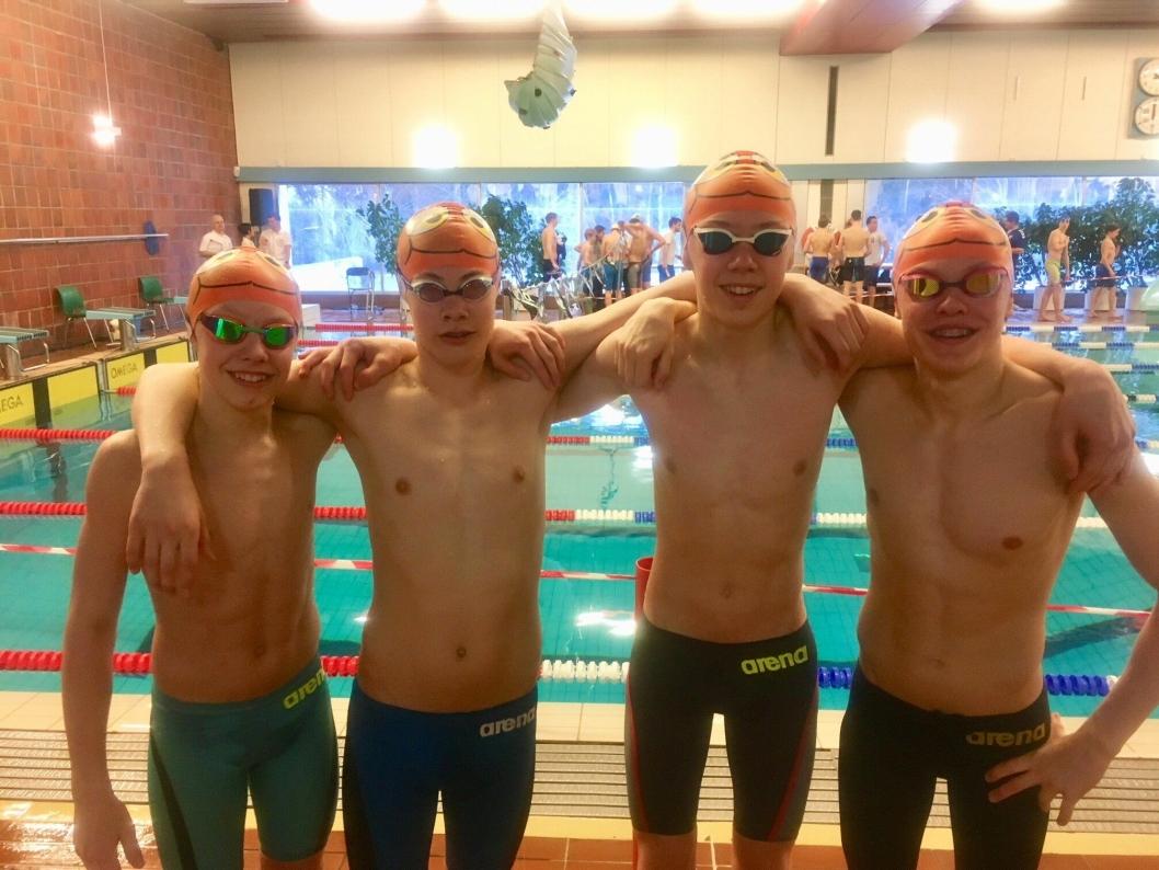 GLADLAKSER PÅ SVØMMESTEVNE: Det var god stemning i svømmehallen denne helgen!