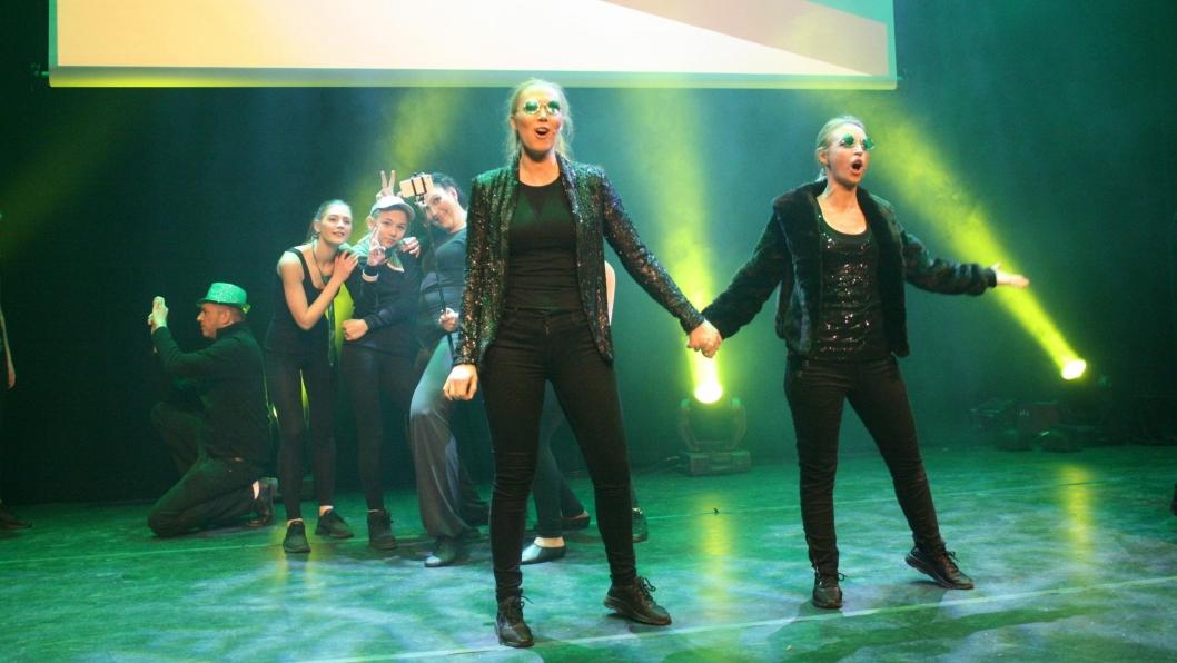 HELT RÅTT: Her synger Linda Kronen Sømme og Katrine Fjell Holen «One Short Day» fra musikalen «Wicked» fra 2003.